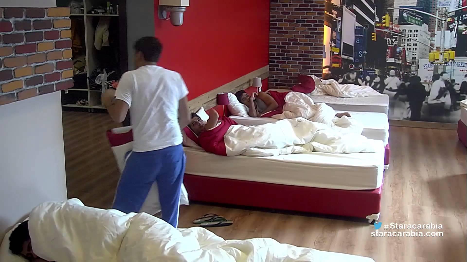 شباب ستار أكاديمي يستيقظون على صدمة في غرفة نومهم