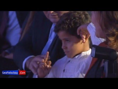فيديو : ابن رونالدو يحرج والده بحركة بذيئة أثناء تكريمه بالحذاء الذهبي