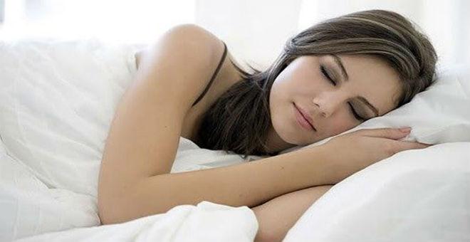 دراسة: المرأة تحتاج للنوم أكثر من الرجل