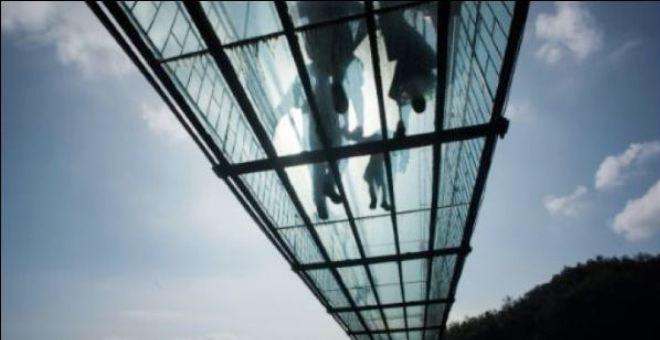 جسر زجاجي في الصين يثير الذعر في قلوب زواره