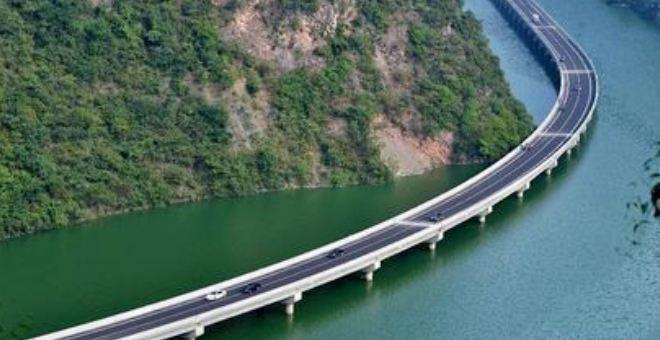 الصين تبني طريقا سريعا فوق المياه