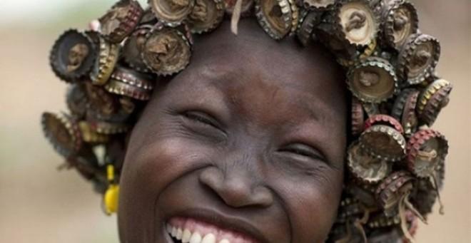 بالصور.. قبيلة إثيوبية تحول القمامة إلى قبعات