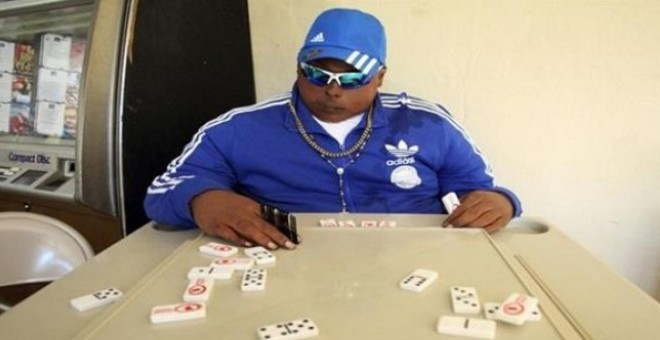 شاب ميت يلعب الدومينو قبيل جنازته