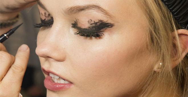 بالصور.. كيف ترسمين عينيك بطريقة تلفت انتباه شريكك!!