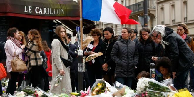 أكاليل ورد بأحد المواقع التي شهدت هجمات باريس