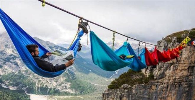 بالصور.. هل تجرؤ على الاستلقاء في أرجوحة بين السماء والأرض؟