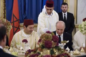 الأمير مولاي رشيد في حفل العشاء، ويبدو إلى جانبه لوران فابيوس وزير خارجية فرنسا