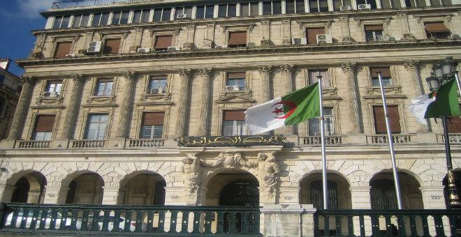 الجزائر على شفا نفاد احتياطها النقدي