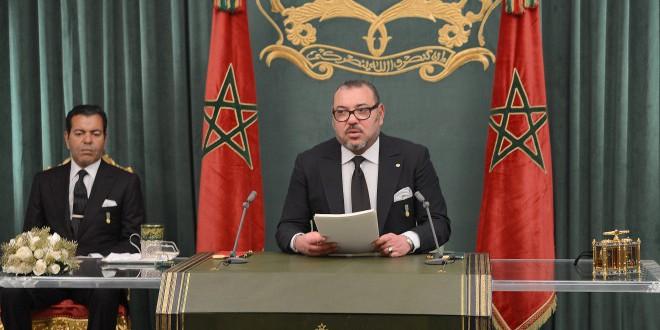 الملك محمد السادس يلقي خطاب المسيرة، ويبدو إلى جانبه الأمير مولاي رشيد