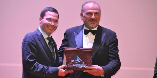 مصطفى الخلفي، وزير الاتصال، يسلم الممثل السوري المعروف جمال سليمان، درع مهرجان الداخلة.