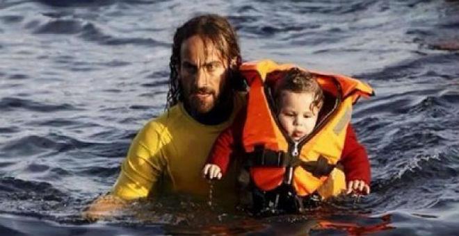سبّاح أرجنتيني يقرر قضاء إجازته على جزيرة يونانية لإنقاذ المهاجرين