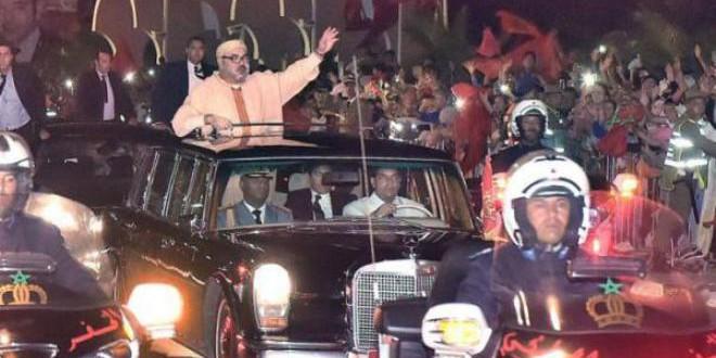 الملك محمد السادس يحيي سكان العيون الذين خرجوا لاستقباله بكثافة