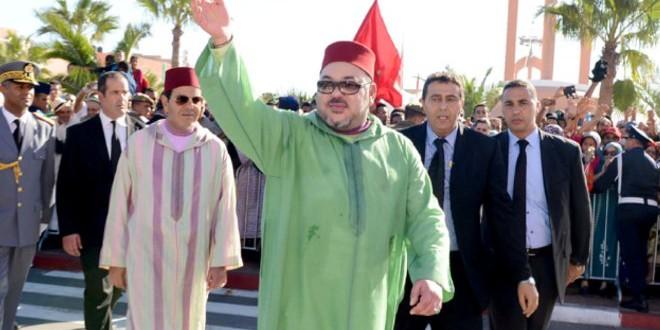 الملك محمد السادس يحيي مستقبليه في مدينة العيون