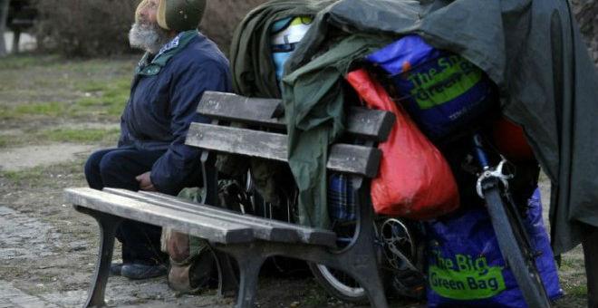 مشردون يتحولون لمحطات بشرية للأنترنيت