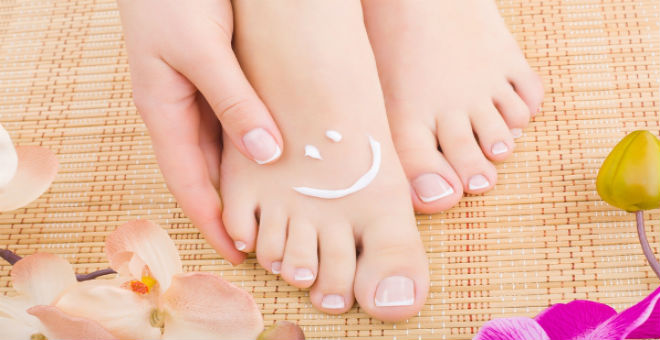 8 وصفات طبيعية تعالج قدميك من التشققات