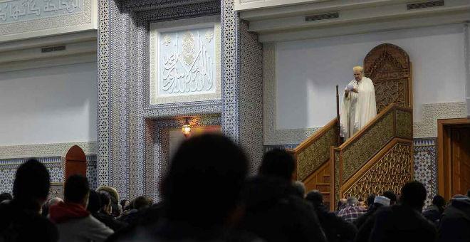 فرنسا: اليسار يتجه بدوره لتأييد منع الخطب بالعربية في المساجد