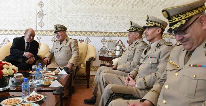 الجزائر توفر قاعدة عسكرية للفرنسيين وهولاند يبيع أسلحة متطورة لبوتفليقة