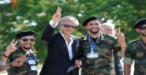 ليفي يرفع شارة النصر مع الثوار