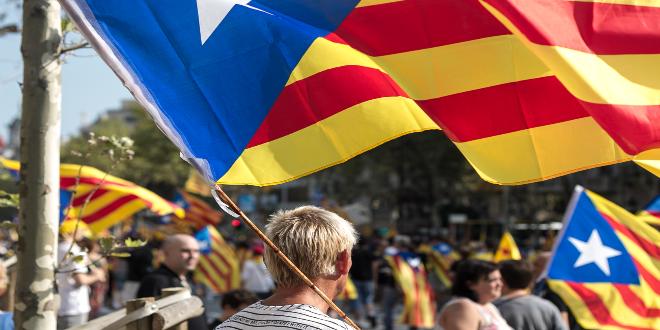 متظاهر مساند للانفصال عن إسبانيا يحمل علم كتالونيا