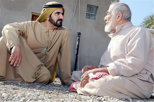فيديو | مسن لم يعرف أن الذي يجلس بجانبه هو حاكم دبي.. شاهد المفاجئة ..!