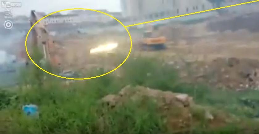مزارع صيني يُمطر لجنة إزالة المباني المخالفة بصواريخ محلية الصنع