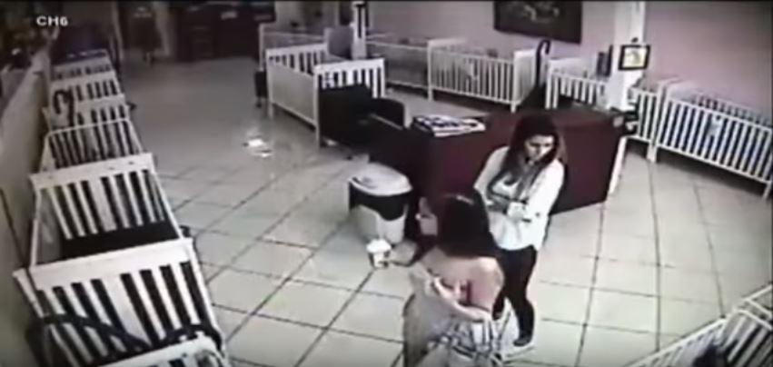 بالفيديو : فتاتين تسرقان جروا من متجر