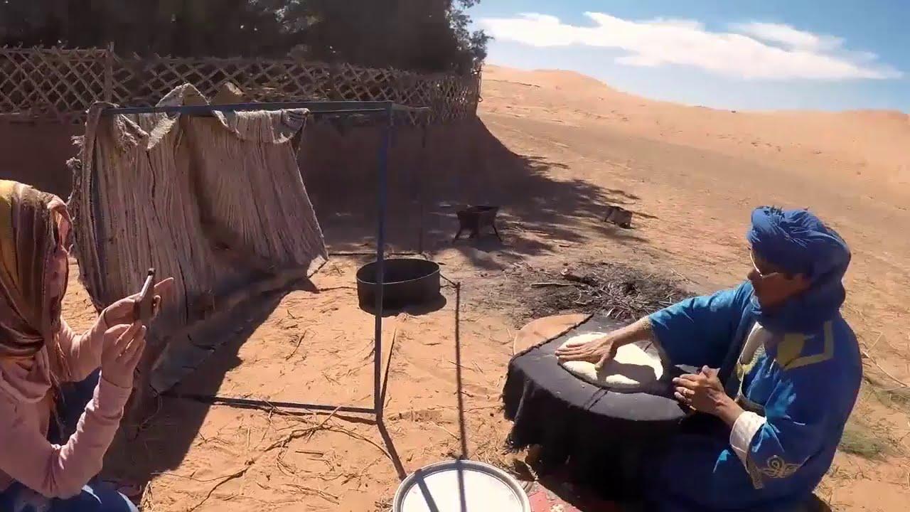 بالفيديو..تحضير الخبز على الطريقة الصحراوية