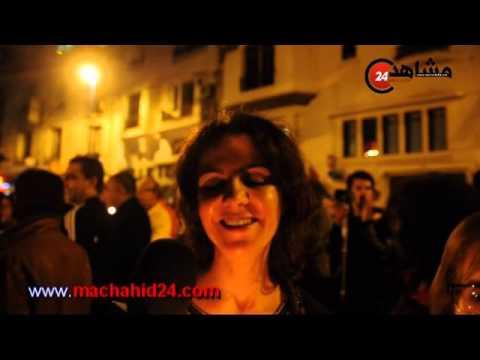 مغاربة يتضامنون مع باريس بالشموع أمام السفارة الفرنسية