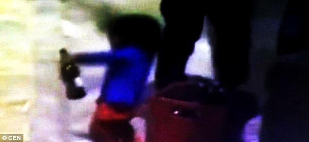 فيديو: طفل في الثالثة يرقص ويحتسي الجعة في الشارع