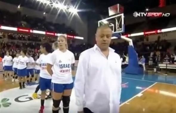 الجماهير التركية تقذف لاعبات المنتخب الصهيوني بالقمامة