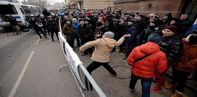 فيديو: متظاهرون روس يرشقون السفارة التركية بالبيض و الطماطم