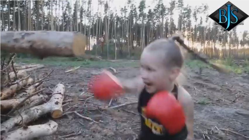 بالفيديو : طفلة تمتلك مهارات عالية في الملاكمة