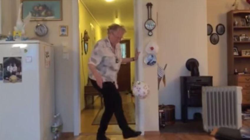عجوز تبلغ من العمر 90 عاماً تبدع في مهارات كرة القدم