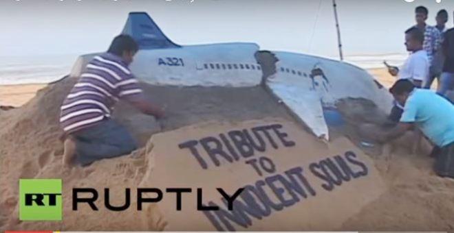 بالفيديو.. تمثال من الرمال للطائرة الروسية المنكوبة