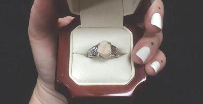 بالصور.. أمريكي يهدى خطيبته خاتمًا مرصعًا بـ