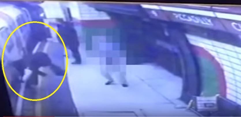 بالفيديو : عجوز يدفع محجبة أمام المترو في لندن!