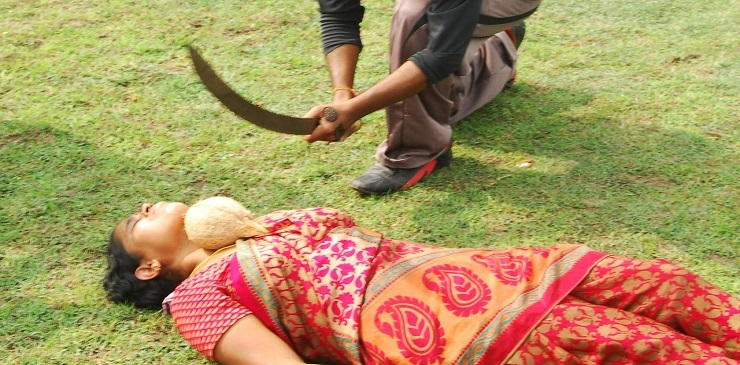 شاهد ماذا يفعل هذا الهندي بزوجته!