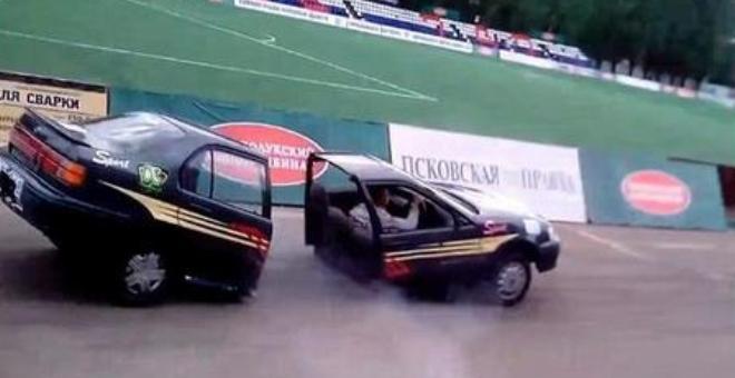 بالفيديو..خدعة أم حقيقة..سيارة تنشطر نصفين
