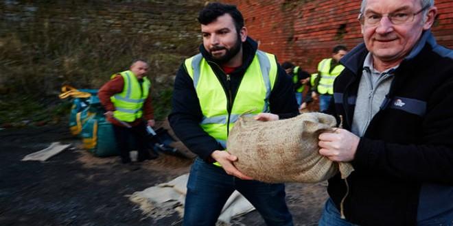 اللاجئون السوريون يتطعون لمواجهة آثار الفيضانات في مانشستر