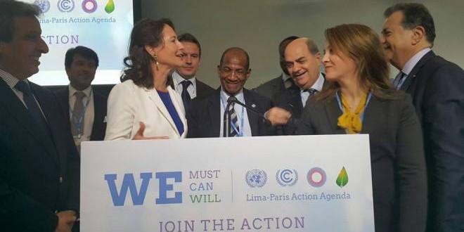 الوزيرة المغربية أفيلال بعد التوقيع على ميثاق الماء إلى جانب سيغيلين رويال، وزيرة البيئة الفرنسية.