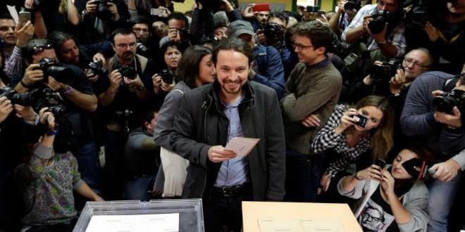 """بابلو اغليسياس زعيم حزب """"بوديموس"""" اليساري أثناء تصويته في الانتخابات"""