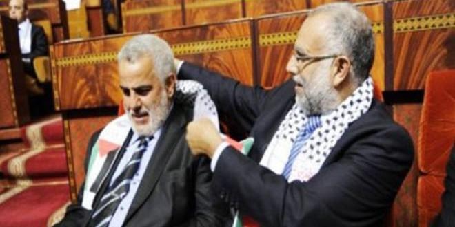 المرحوم عبد الله باها يضع الكوفية الفلسطينية على عنق عبد الإله بنكيران، في جلسة برلمانية للتضامن مع الشعب الفلسطيني