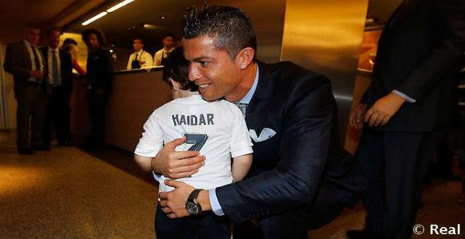 بالصور : رونالدو يحتضن الطفل اللبناني حيدر