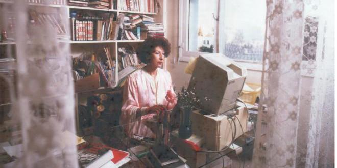 الراحلة فاطمة المرنيسي في مكتبها امام  الحاسوب داخل شقتها بأكدال