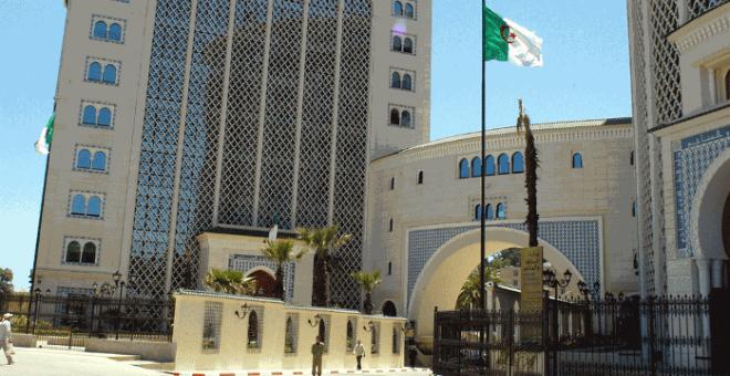 الحكومة الجزائرية تنفي استثمار 260 مليار دولار في