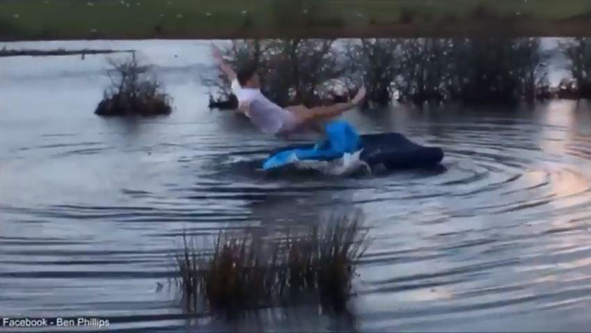 فيديو: بريطاني يستيقظ ليجد نفسه نائماً على مرتبة وسط البحيرة
