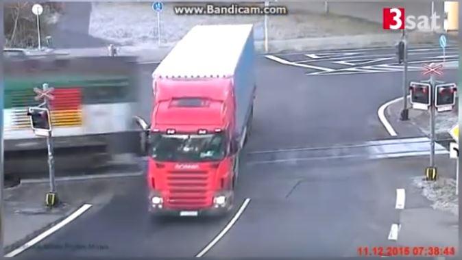 فيديو مثيرسائق شاحنة ينجو بأعجوبة من حادث تصادم مع قطار