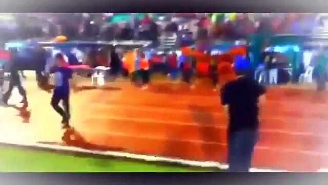 حكم مباراة يهرب من غضب الجماهير