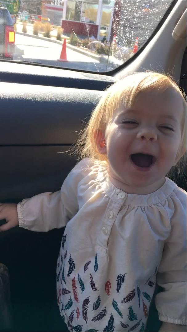 فيديو طريف لرضيعة تقلد حركات المغنية