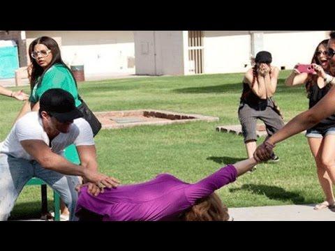 فيديو: رجل يقسم امرأة إلى نصفين في حديقة عامة